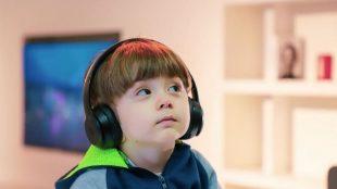 enfant équi écoute de la musique